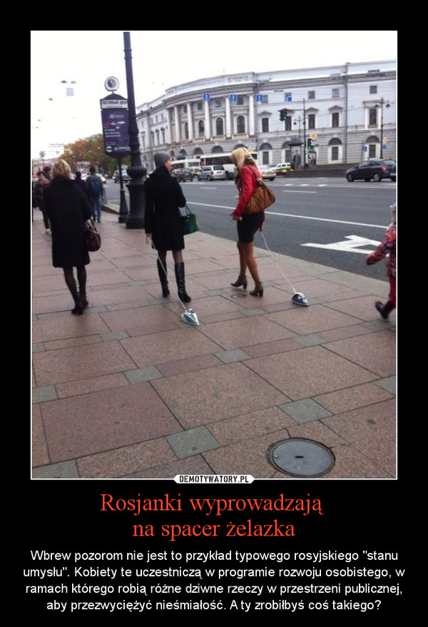 """Rosjanki wyprowadzają na spacer żelazka – Wbrew pozorom nie jest to przykład typowego rosyjskiego """"stanu umysłu"""". Kobiety te uczestniczą w programie rozwoju osobistego, w ramach którego robią różne dziwne rzeczy w przestrzeni publicznej, aby przezwyciężyć nieśmiałość. A ty zrobiłbyś coś takiego?"""