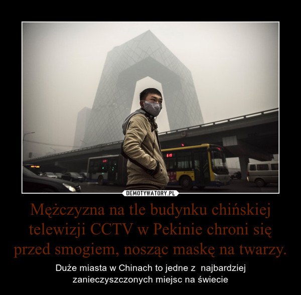 Mężczyzna na tle budynku chińskiej telewizji CCTV w Pekinie chroni się przed smogiem, nosząc maskę na twarzy. – Duże miasta w Chinach to jedne z  najbardziejzanieczyszczonych miejsc na świecie