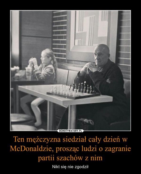 Ten mężczyzna siedział cały dzień w McDonaldzie, prosząc ludzi o zagranie partii szachów z nim – Nikt się nie zgodził
