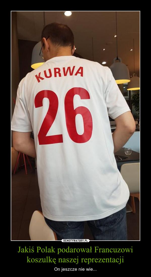 Jakiś Polak podarował Francuzowi koszulkę naszej reprezentacji – On jeszcze nie wie...