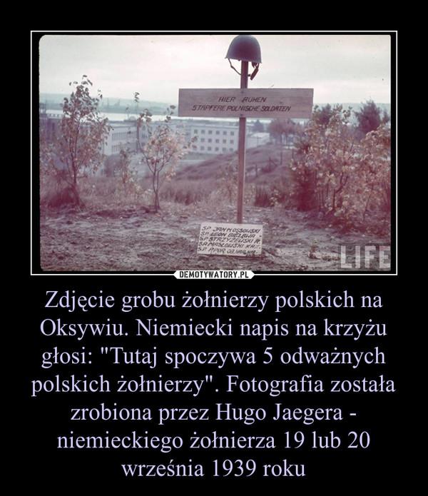 """Zdjęcie grobu żołnierzy polskich na Oksywiu. Niemiecki napis na krzyżu głosi: """"Tutaj spoczywa 5 odważnych polskich żołnierzy"""". Fotografia została zrobiona przez Hugo Jaegera - niemieckiego żołnierza 19 lub 20 września 1939 roku –"""