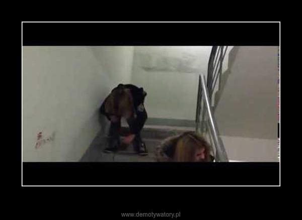 Tak się rozpoczyna rok szkolny ;) Nawalona gimbusiara i jej lot ze schodów –