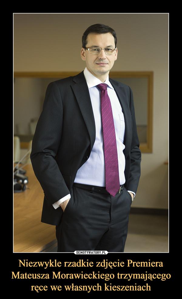 Niezwykle rzadkie zdjęcie Premiera Mateusza Morawieckiego trzymającego ręce we własnych kieszeniach –