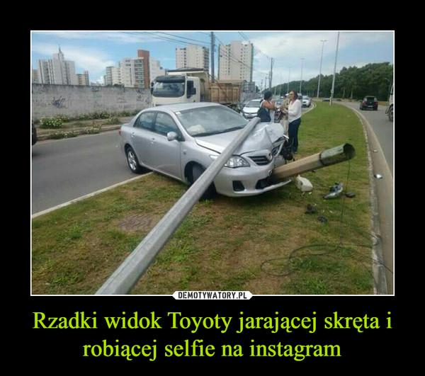 Rzadki widok Toyoty jarającej skręta i robiącej selfie na instagram –