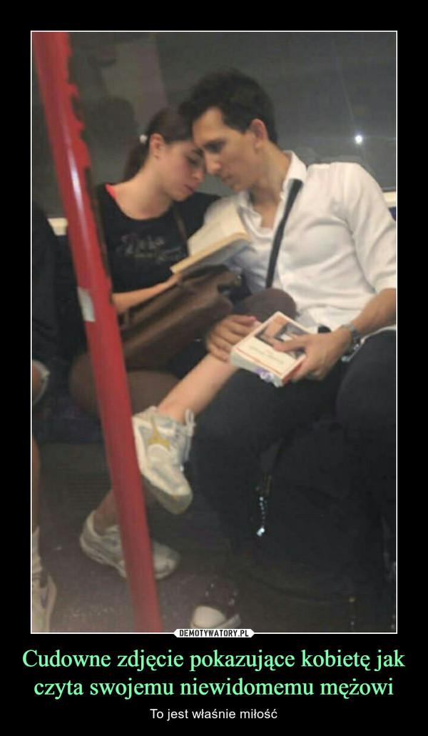 Cudowne zdjęcie pokazujące kobietę jak czyta swojemu niewidomemu mężowi – To jest właśnie miłość