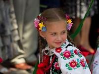 Możesz nosić krzyżyk na szyi,kolorową sukienkę, możesz się śmiać, uczyć, tańczyć, pójść do kina, możesz nawet sama jechać do szkoły autobusem – Takie rzeczy już chyba tylko w Polsce
