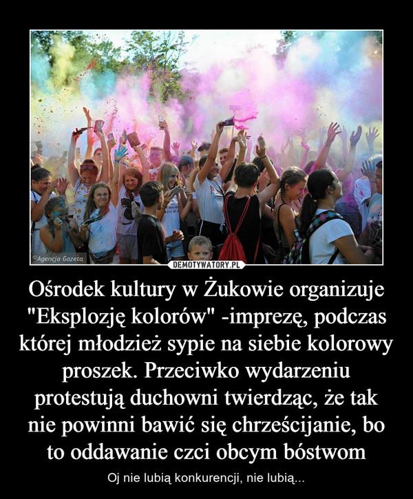 """Ośrodek kultury w Żukowie organizuje """"Eksplozję kolorów"""" -imprezę, podczas której młodzież sypie na siebie kolorowy proszek. Przeciwko wydarzeniu protestują duchowni twierdząc, że tak nie powinni bawić się chrześcijanie, bo to oddawanie czci obcym bóstwom – Oj nie lubią konkurencji, nie lubią..."""