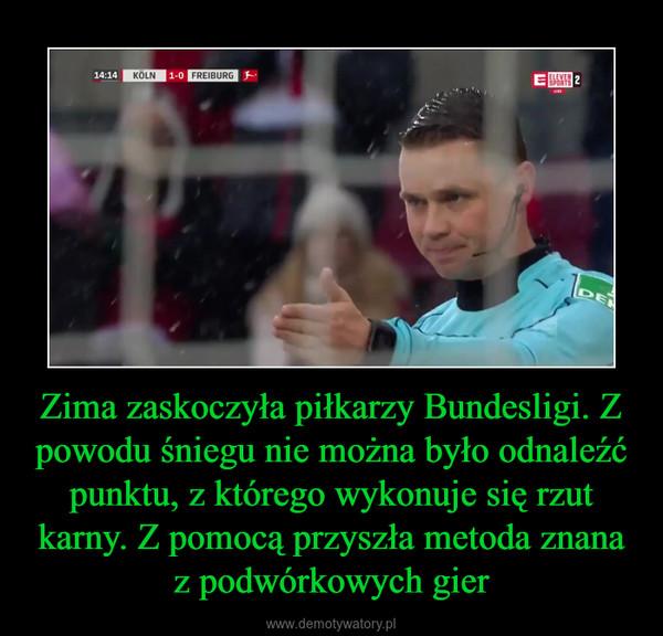 Zima zaskoczyła piłkarzy Bundesligi. Z powodu śniegu nie można było odnaleźć punktu, z którego wykonuje się rzut karny. Z pomocą przyszła metoda znana z podwórkowych gier –