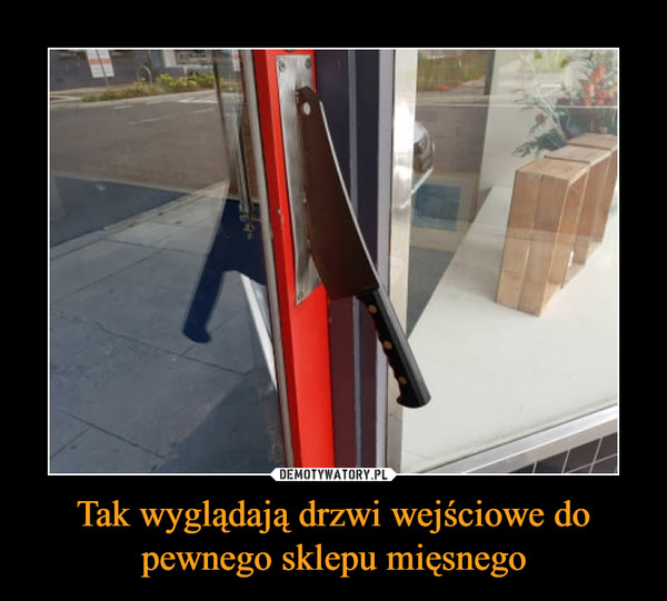 Tak wyglądają drzwi wejściowe do pewnego sklepu mięsnego –