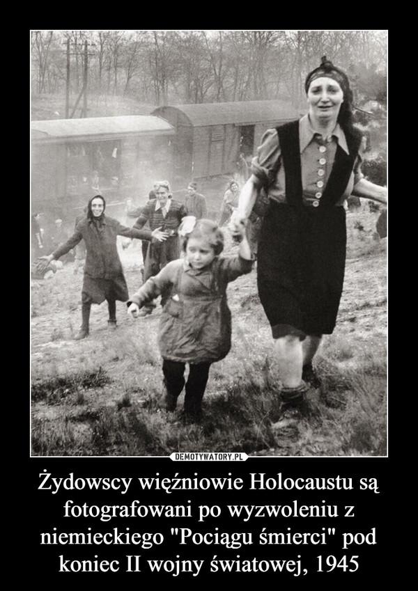"""Żydowscy więźniowie Holocaustu są fotografowani po wyzwoleniu z niemieckiego """"Pociągu śmierci"""" pod koniec II wojny światowej, 1945 –"""