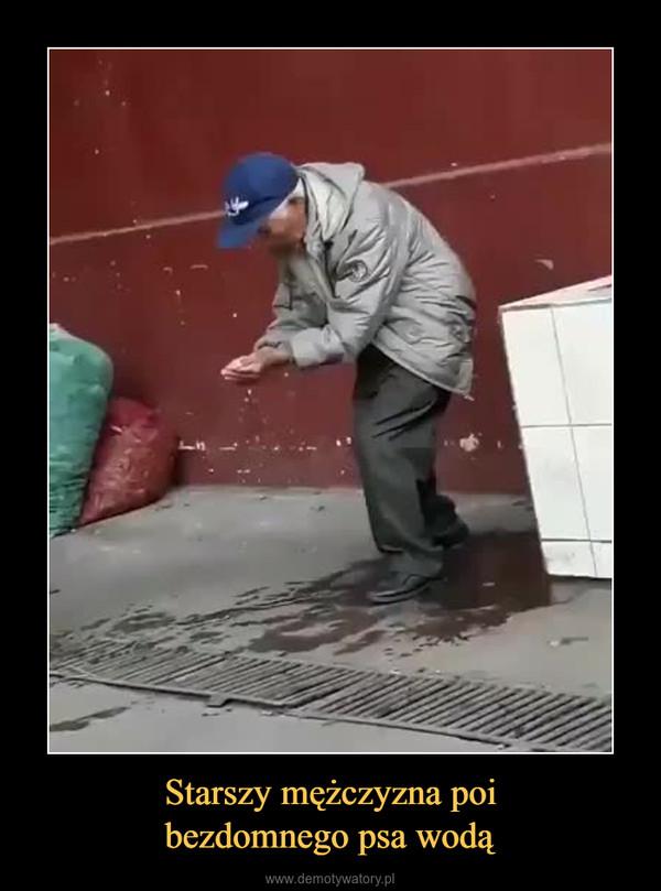 Starszy mężczyzna poibezdomnego psa wodą –