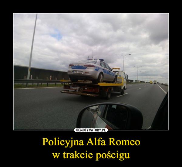 Policyjna Alfa Romeow trakcie pościgu –