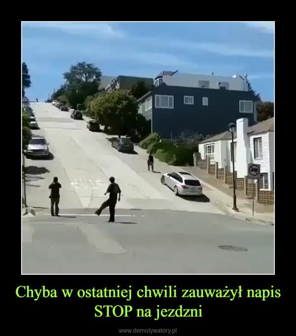 Chyba w ostatniej chwili zauważył napis STOP na jezdzni –