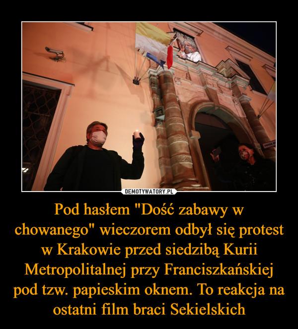 """Pod hasłem """"Dość zabawy w chowanego"""" wieczorem odbył się protest w Krakowie przed siedzibą Kurii Metropolitalnej przy Franciszkańskiej pod tzw. papieskim oknem. To reakcja na ostatni film braci Sekielskich –"""