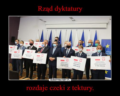 Rząd dyktatury rozdaje czeki z tektury.